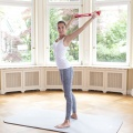 Eine Frau zeigt Übungen mit der Trainings-Schlaufe zum individuellen Einsatz nach Liebscher & Bracht, bei der Physiotherapie und gezieltem Bewegungstraining.