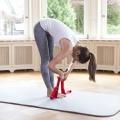 Eine Frau zeigt Bewegungen mit der Übungsschlaufe im Stand, die vor allem die Rückenmuskulatur stärkt.