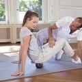 Mit Rollübungen, sitzend auf der Midi-Rolle, können gezielte Körperpartien trainiert werden.
