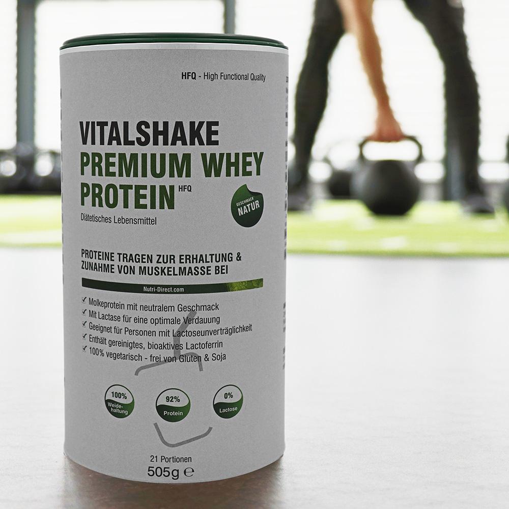 VitalShake Whey Protein HFQ Natur Dose, im Hintergrund trainiert ein Sportler.